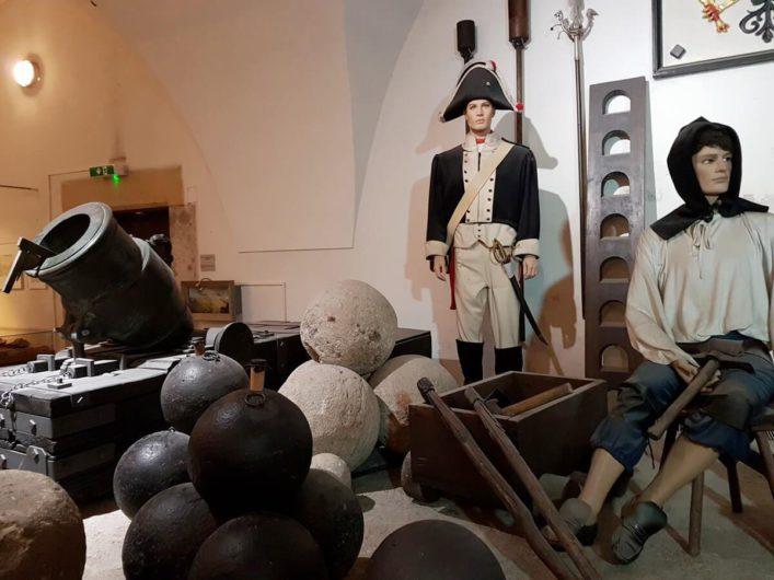Ausstellung über militärische Mittel in früheren Jahrhunderten in der Zitadelle Petersberg