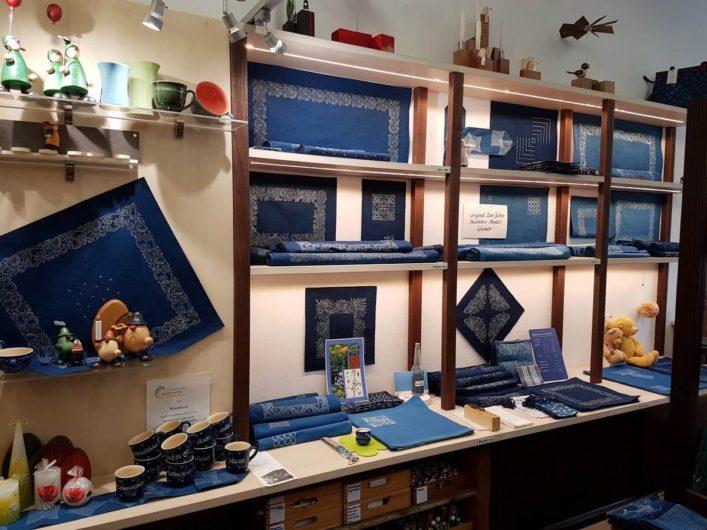 Stoffe im Laden der Blaudruck Manufaktur