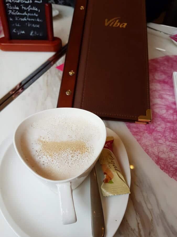 Cappuccino im Viba Confiserie Café Erfurt