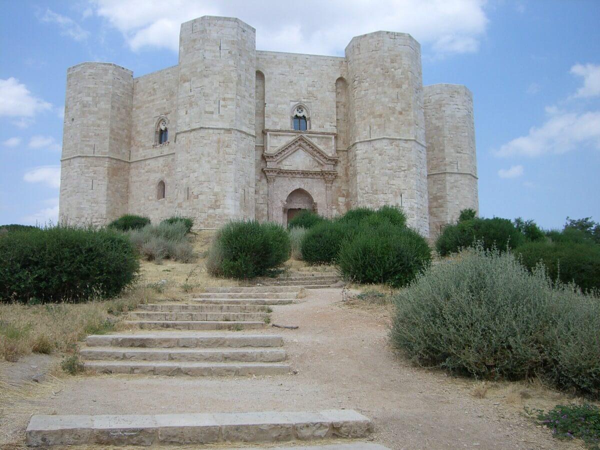 Blick auf Castel del Monte in Apulien