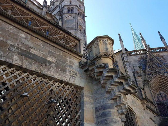 Blick auf Details am Gemäuer des Dom St. Marien in Erfurt