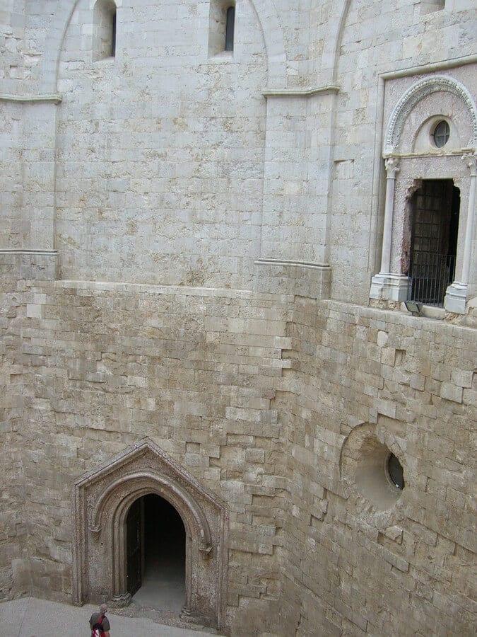 im Innenhof von Castel del Monte