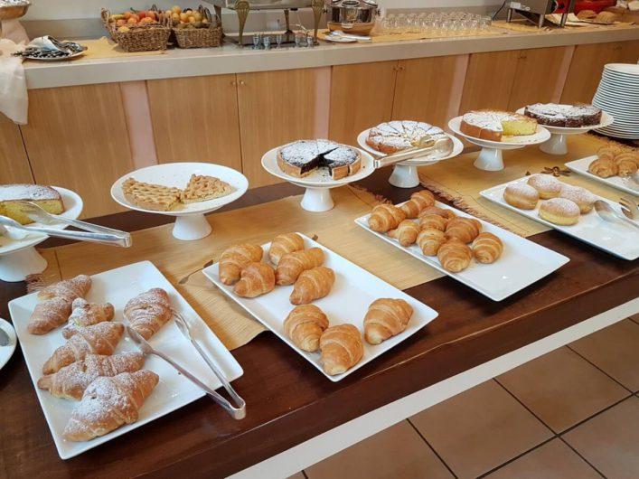 Kuchen auf dem Frühstücksbuffet der Tenuta Moreno
