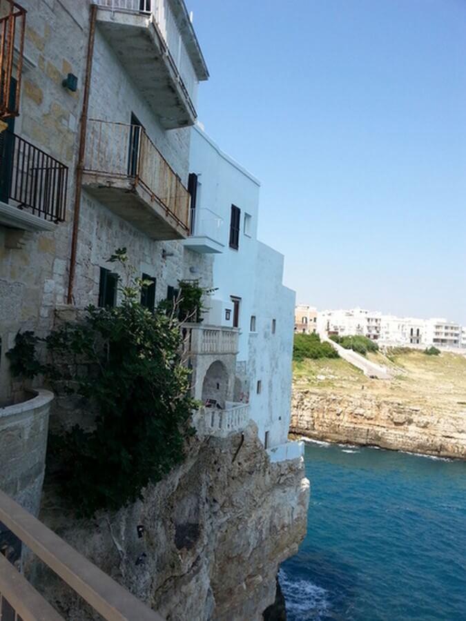 Felsvorsprung am Meer mit Häusern in Polignano a Mare