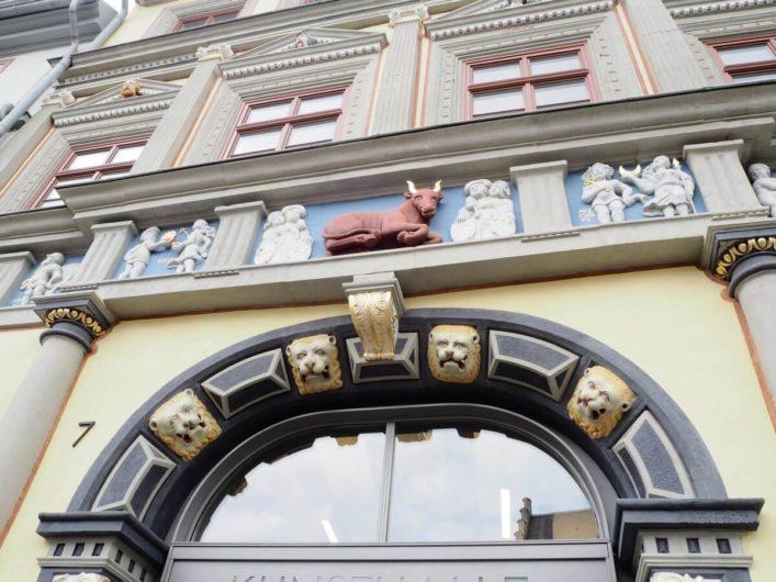 Fries mit dem roten Ochsen über dem Eingang zur Kunsthalle