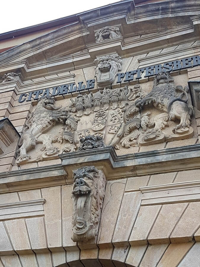 Verzierung über dem Eingangstor der Zitadelle Petersberg