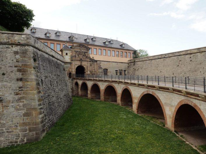Blick auf den Zugangsweg zur Zitadelle Petersberg