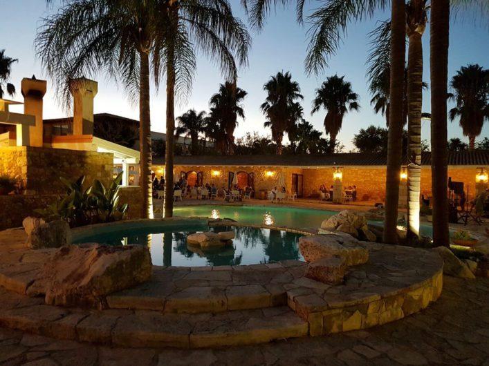 Blick auf den alten Pool der Tenuta Moreno am Abend