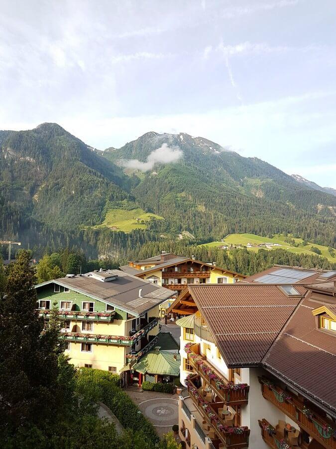 Ausblick vom Balkon des Hotels Zinnkrügl im Alpendorf St. Johann im Pongau