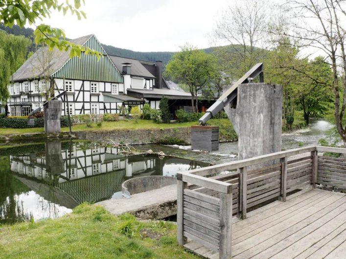 Fachwerkhaus in Saalhausen im Sauerland mit Blick auf die Fischtreppe
