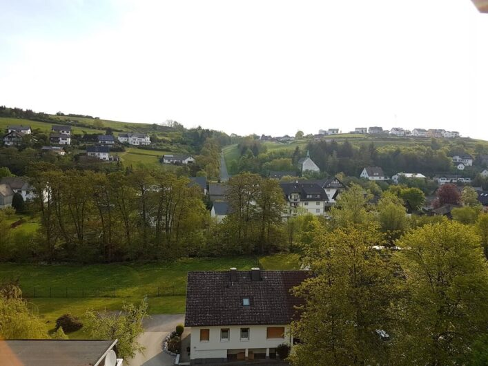 Blick über die dörfliche Idylle von Hallenberg im Sauerland mit ihren Fachwerkhäusern und Bäumen.