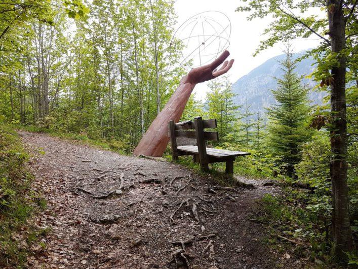 Hand mit Weltkugel auf dem Besinnungsweg in Pertisau