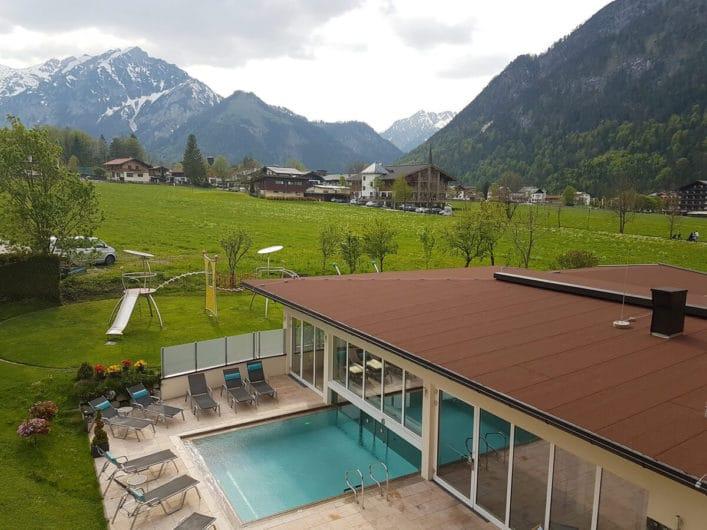 Blick auf den Poolbereich im Hotel Liebes Caroline