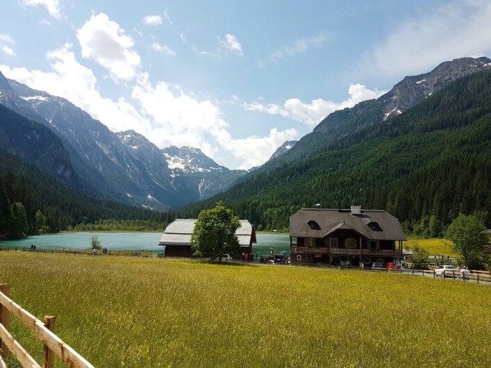 Blick auf den Jägersee und die umliegende Bergwelt