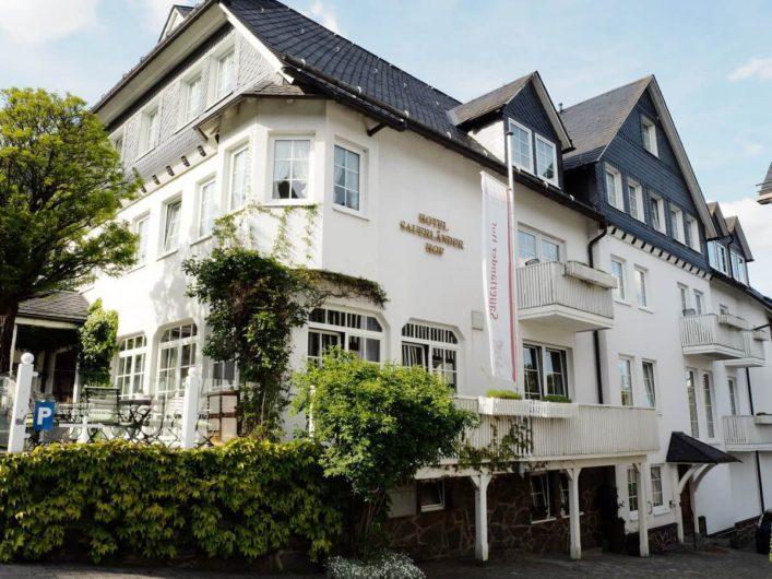 Außenansicht des Hotels Sauerländer Hof in Hallenberg