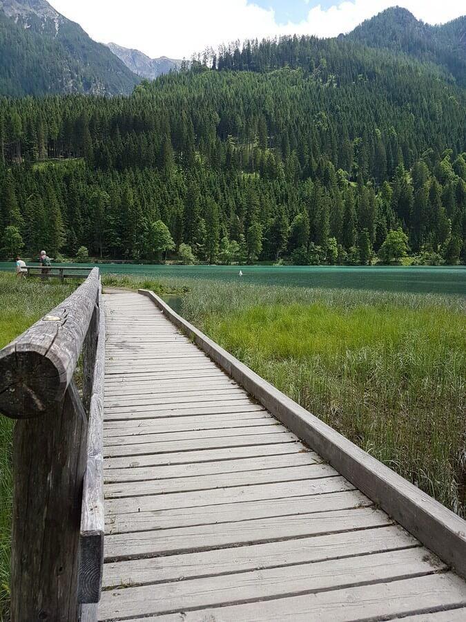 hölzerner Steg am Jägersee in Kleinarl im Salzburger Land