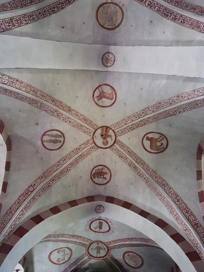 Tierkreiszeichen an der Decke der Kirche in Wormbach