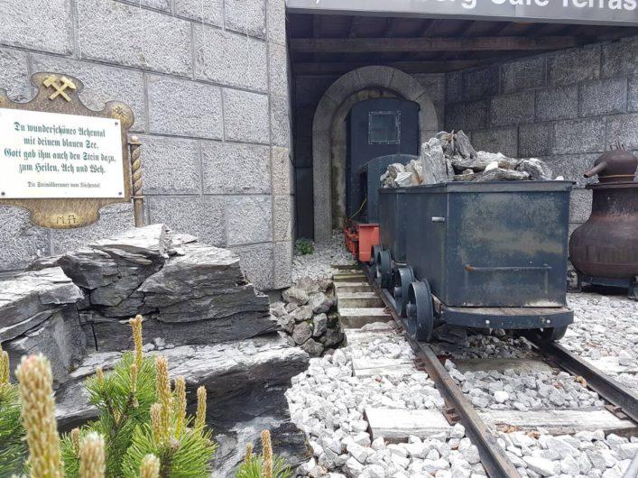 Blick auf einen Förderwagen vor dem Tiroler Steinöl Vitalberg