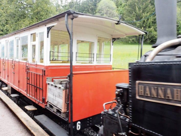 Blick auf Wagen der Achenseebahn