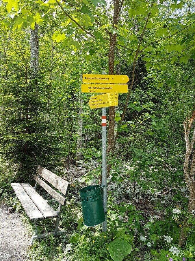 Wanderwegweiser auf der Runde um den Jägersee im Salzburger Land