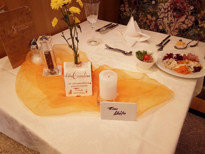 Liebevoll in der Lieblingsfarbe gedeckter Tisch im Hotel Liebes Caroline
