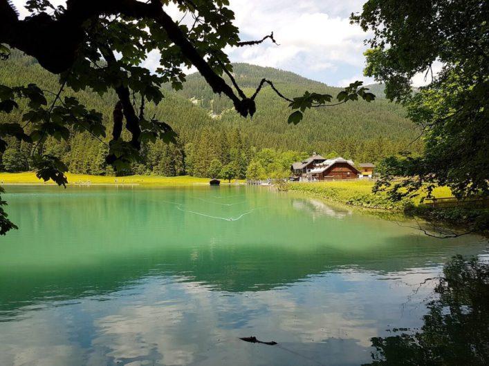 der Jägersee in Kleinarl schimmert grün in der Sonne