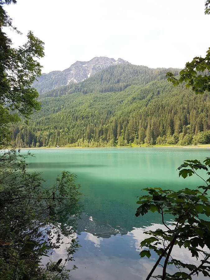 Wolken und Berge spiegeln sich im Jägersee in Kleinarl