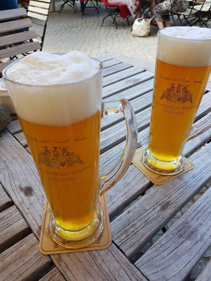 zwei frisch gezapfte helle Biere aus der Brauerei im Wasserschloss Mellenthin