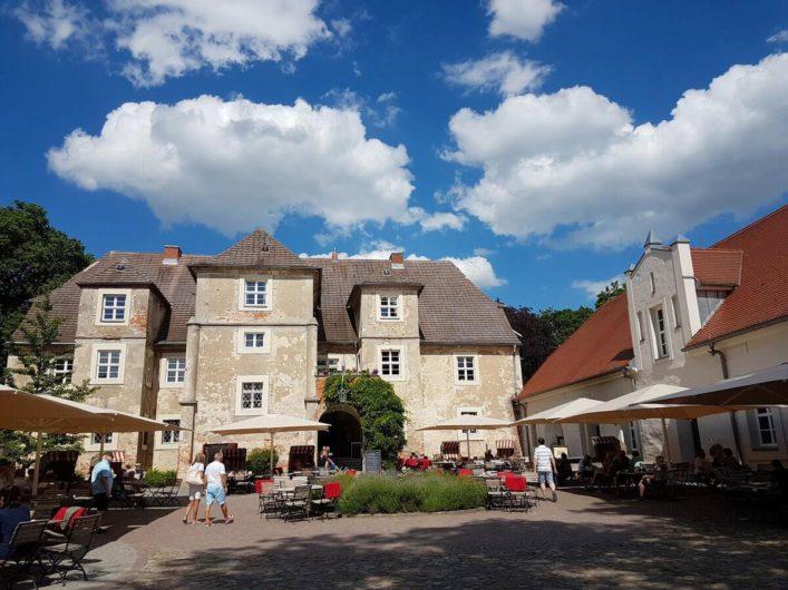 Innenhof mit Außengastronomie im Wasserschloss Mellenthin
