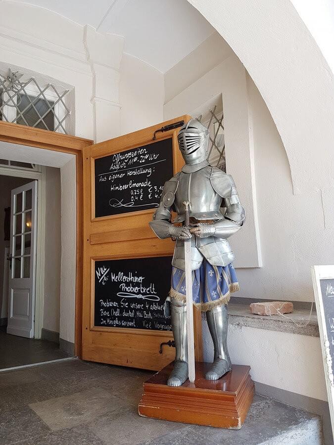 Ritterausrüstung neben der Eingangstür im Wasserschloss Mellenthin