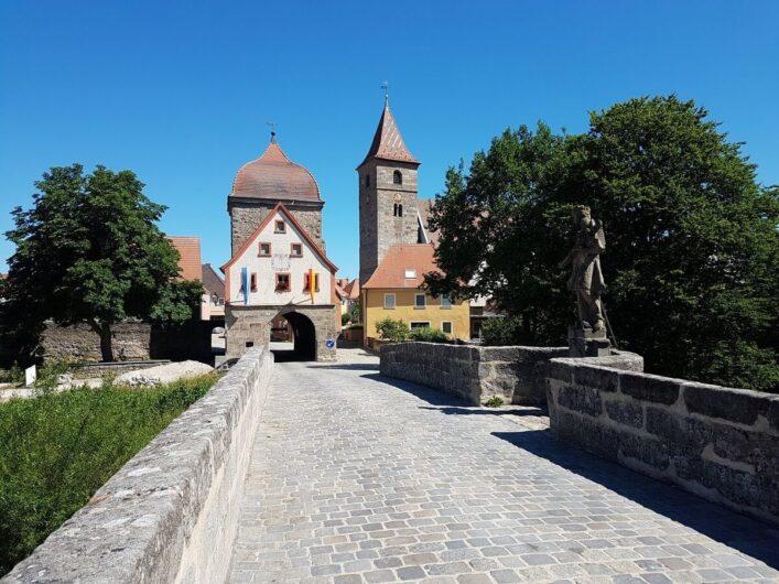 Altmühlbrücke mit Stadttor in Ornbau