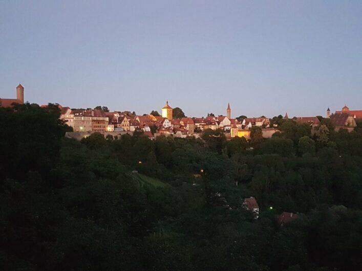 Blick von Rothenburg über das abendliche Taubertal