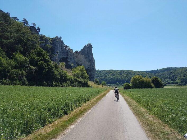 der Burgstein vor Dollnstein mit seinem Gipfelkreuz