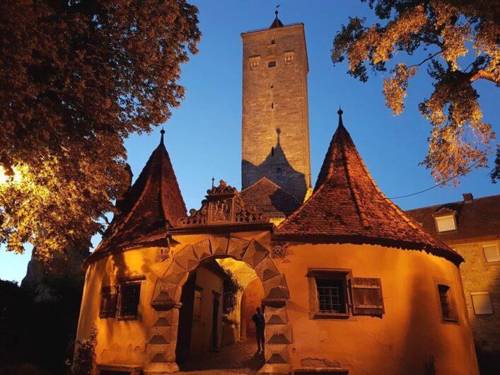 das angestrahlte Burgtor von Rothenburg in der Abenddämmerung