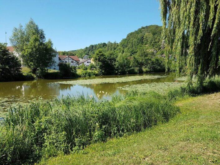 Blick auf die Altmühl bei Dollnstein und ein idyllisches Dorf