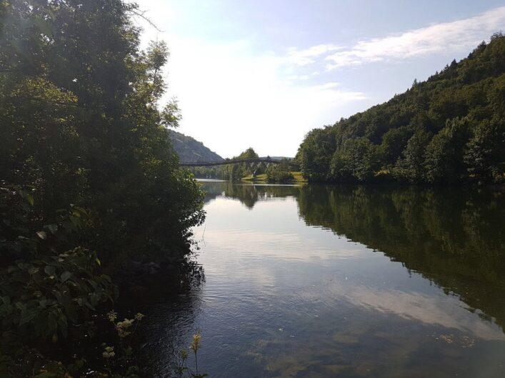 Holzbrücke Tatzelwurm überquert den Main-Donau-Kanal
