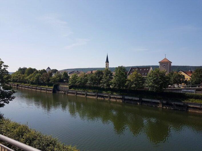 Blick auf Kelheim auf der gegenüberliegenden Seite der Donau