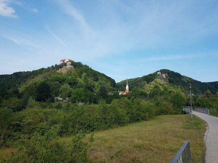 Blick zurück auf Riedenburg mit der oberhalb gelegenen Rosenburg