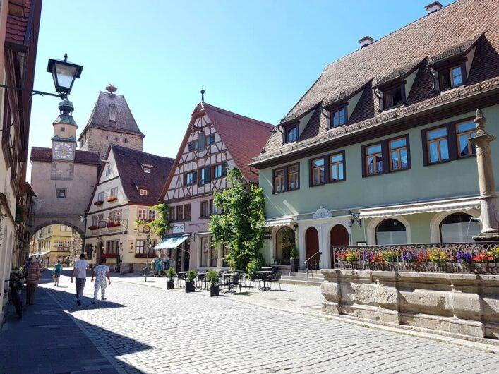 Blick auf Fachwerkhäuser in Rothenburg, den Röderbogen und den Markusturm mit einem Storchennest