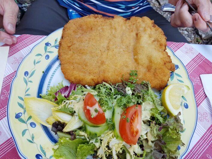 Sommerliches Wiener Schnitzel in der Kreuzschänke in Regensburg