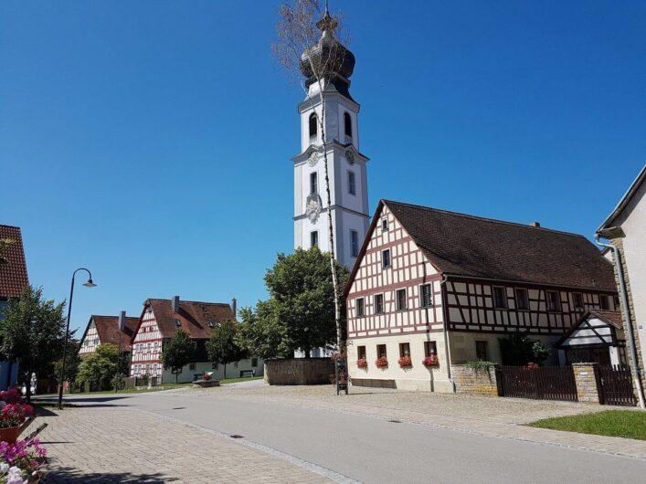 typisches fränkisches Dorf mit Kirche und Fachwerkhäusern