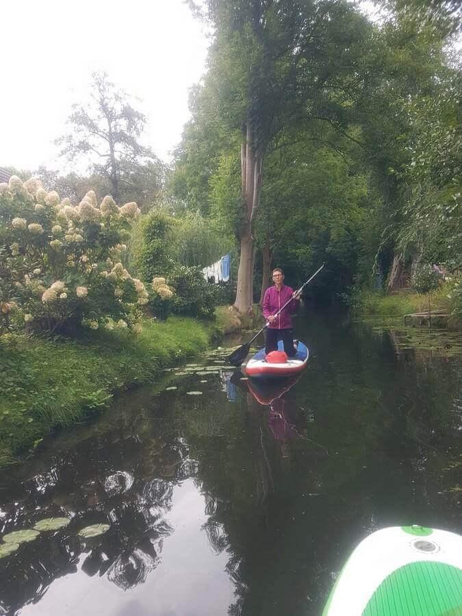 Brigitte kniend beim Standup Paddling im Spreewald
