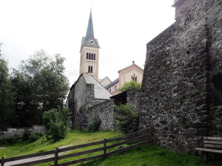 Blick auf die Stadtmauer und Pfarrkirche von Radstadt