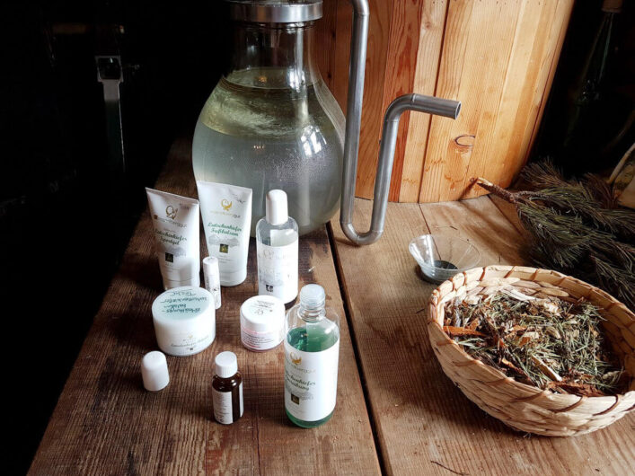 Erzeugnisse der Latschenölbrennerei am Mandlberggut