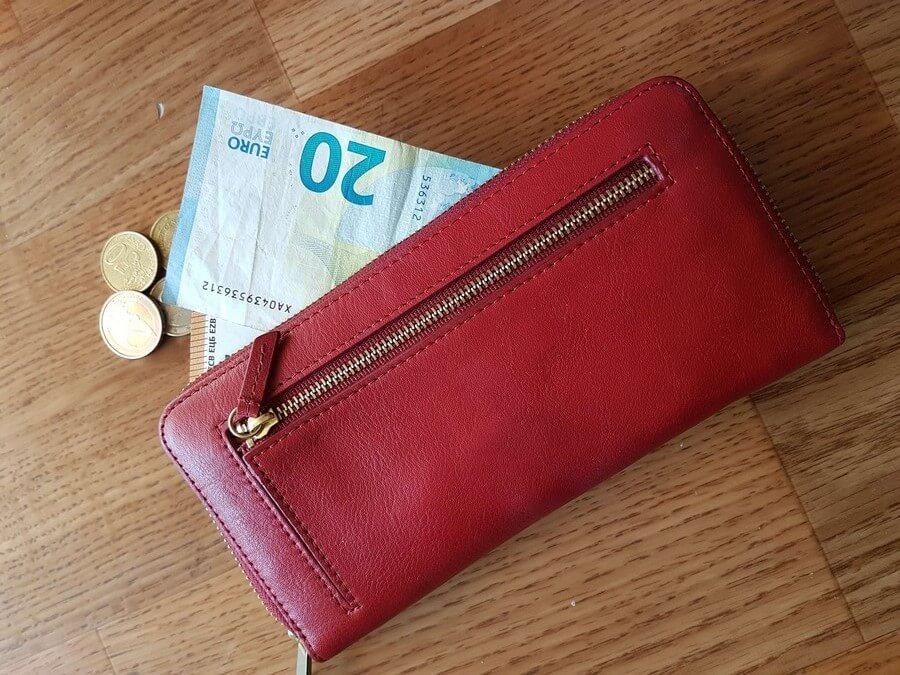 Geldscheine und Münzen aus einer Geldbörse