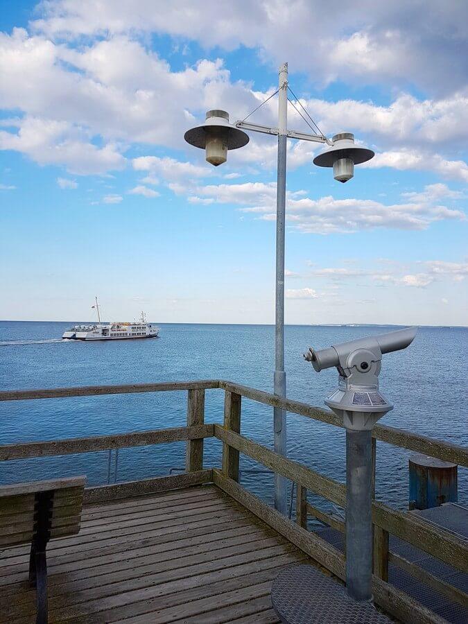 Blick über die Ostsee und auf eines der Adler-Schiffe am Ende der Seebrücke Bansin