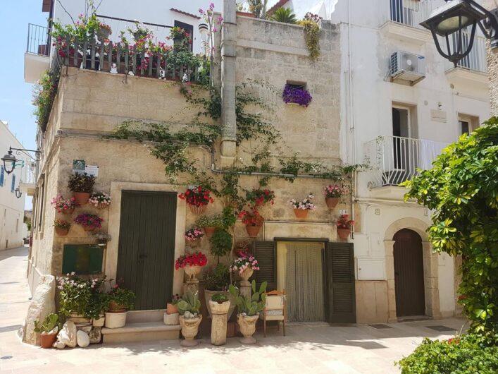 Haus mit Blumen in der Altstadt von Monopoli