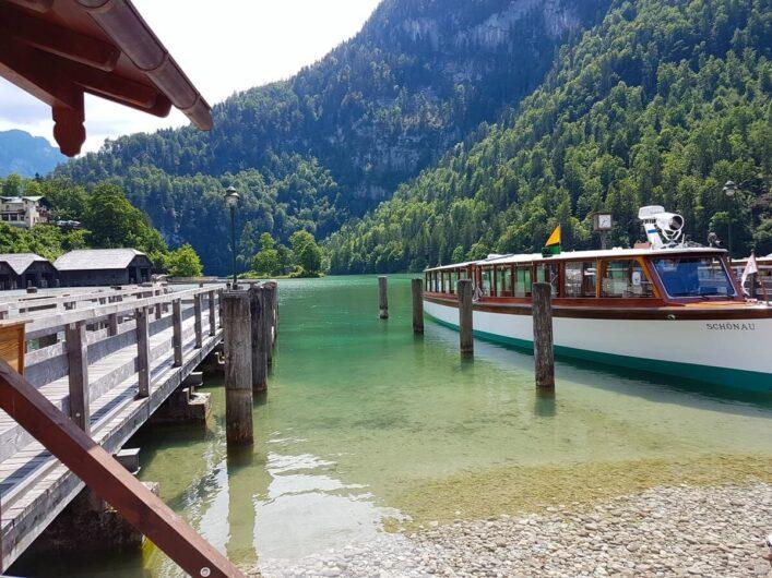 Schiff und Steg am Königssee