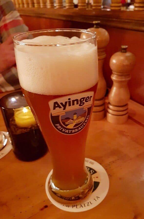 ein Glas Ayinger Weißbier