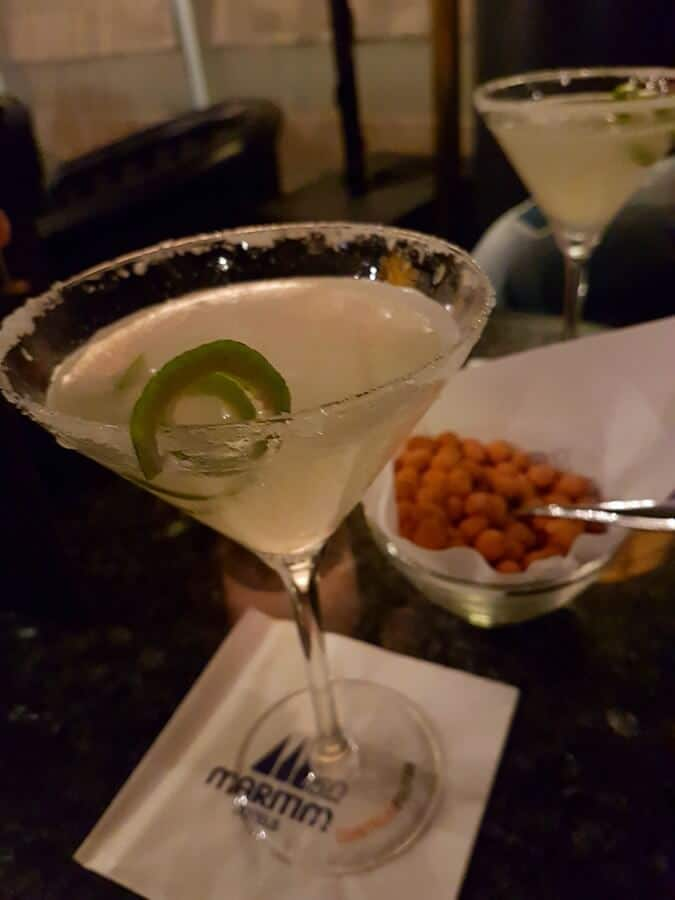 Cocktail und Knabberei in der Bar im Maritim Hotel München